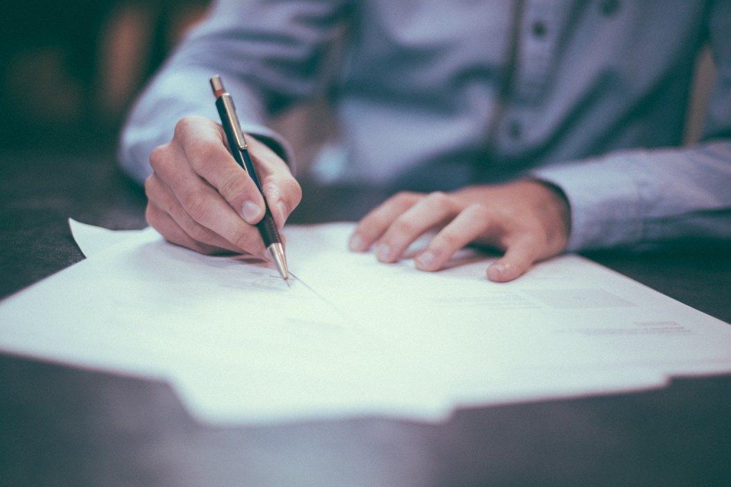 Declarația privind beneficiarii reali: Cine o mai depune și când, după toate schimbările din ultima vreme? 1. Declarația e obligatorie doar pentru firmele care au (și) asociați persoane juridice. 2 În momentul de față, termenul de depunere este 1 noiembrie 2020, acesta vizând atât declarația ce se depune după apariția unor modificări privind beneficiarii reali ai firmelor (față de situația raportată anterior), cât și declarația ce se depune în 12 luni de la intrarea în vigoare a noii legi privind spălarea banilor (termenul era 21 iulie 2020), de către firmele care figurau deja la Registrul Comerțului la data de 21 iulie 2019. 3. Legea 108/2020 prevede cât se poate de clar că declarația privind beneficiarii reali n+u mai trebuie depusă anual după aprobarea situațiilor financiare. 4. Declarația se depune numai la înființare și numai când apar modificări ulterioare.